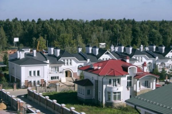 На Рублевке стремительно дешевеют дома