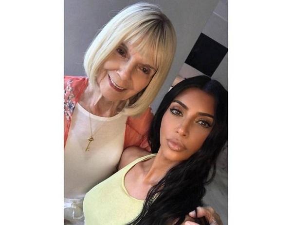 Ким Кардашьян научила бабушку макияжу тела