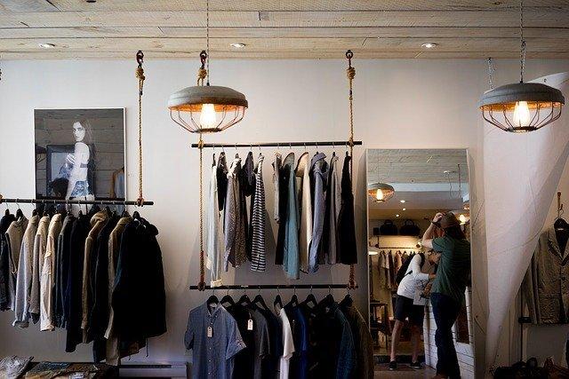 Продажи одежды в России в апреле упали на 90%