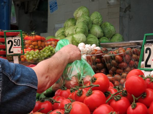 Минпромторг не согласен отдать 20% торговых мест в регионах фермерам