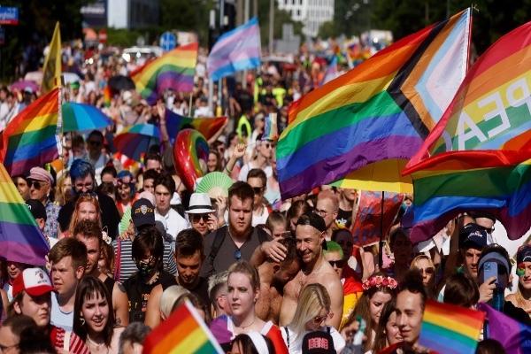 Заказчиком методички о поддержке школьников-трансгендеров оказалась кандидат в депутаты Юлия Саранова