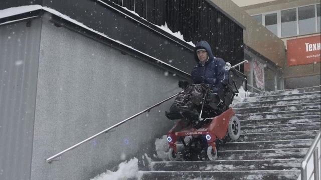 В Новосибирске прошла испытания инновационная инвалидная коляска-вездеход