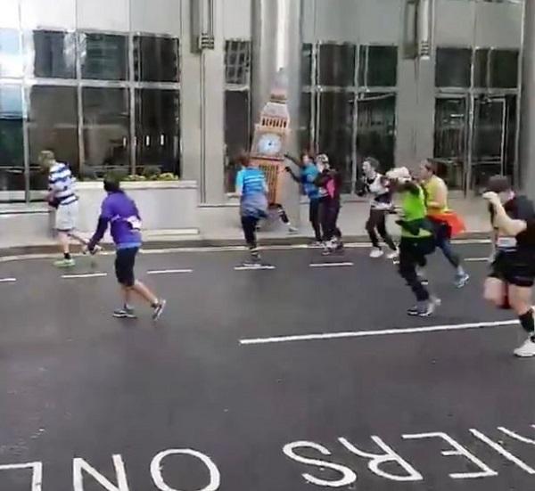 Мужчину, одетого в костюм Биг Бена на марафоне, сдуло ветром