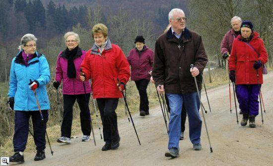 Пенсионеров в Сибири обучат скандинавской ходьбе