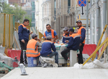 Работающих россиян заменят адаптированными мигрантами